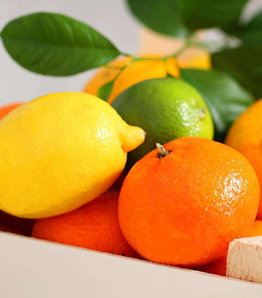 A különösen savas gyümölcsök közé tartoznak a citrusfélék és az alma is. A fogorvos azt javasolja, hogy a fogyasztásuk után minimum 20 percet várj a fogmosással, mert ha a gyümölcssav marására még súrolással is rásegítesz, sokkal jobban roncsolódik a fogzománc.