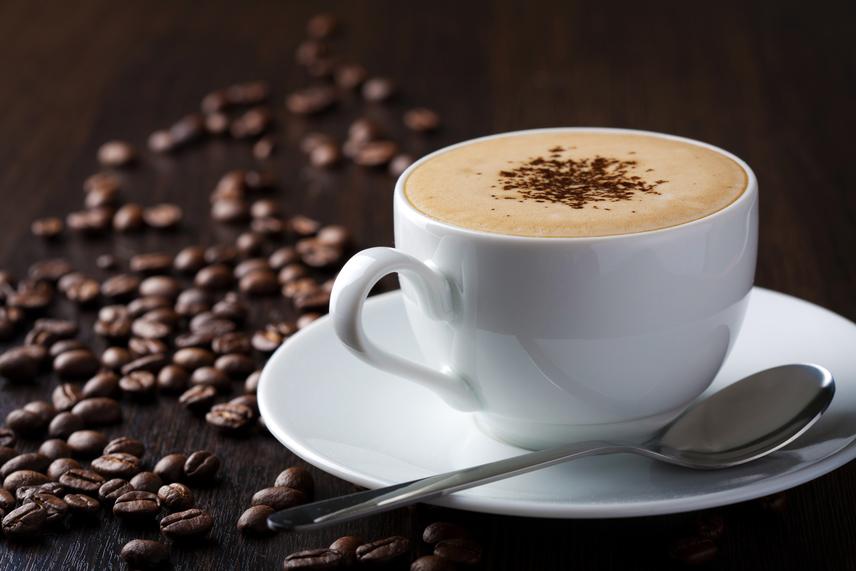 A kávé - sötét színének köszönhetően - nemcsak elszínezi, de foltossá is teheti a fogsort. Persze nem kell kiiktatnod a kávézást a napirendedből, de mivel nagyon erős színező hatása van, javasolt a fogyasztása után fél órával fogat mosni.
