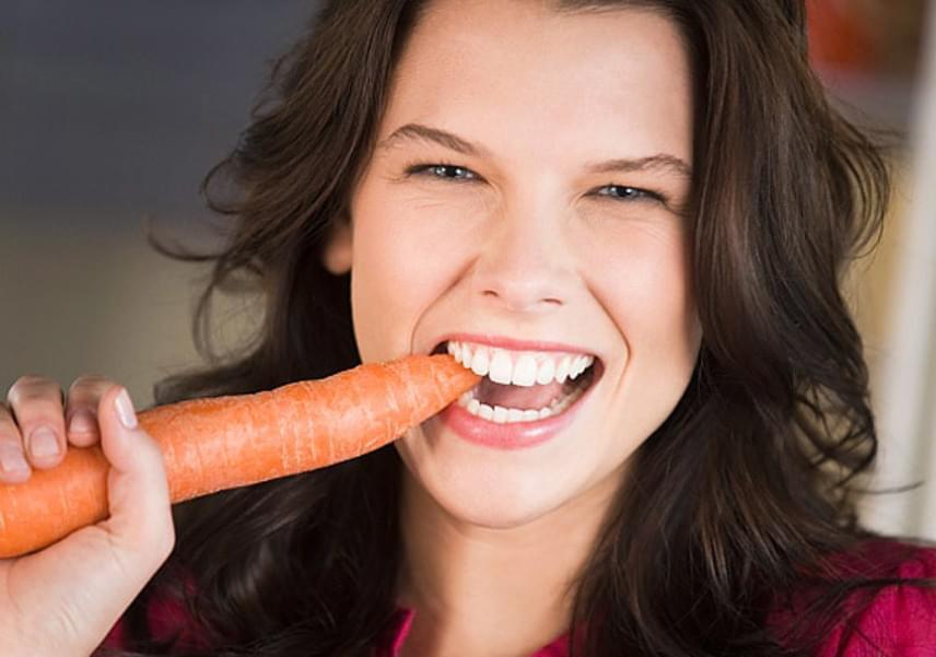 A sárgarépa nagyon egészséges, számos jótékony hatása van a benne lévő vitaminoknak köszönhetően. Abba viszont kevesen gondolnak bele, hogy ez a zöldség milyen könnyen színez. Ezt teszi az ujjaddal is, amikor megpucolod vagy lereszeled, és a fogaddal is, amikor fogyasztod.