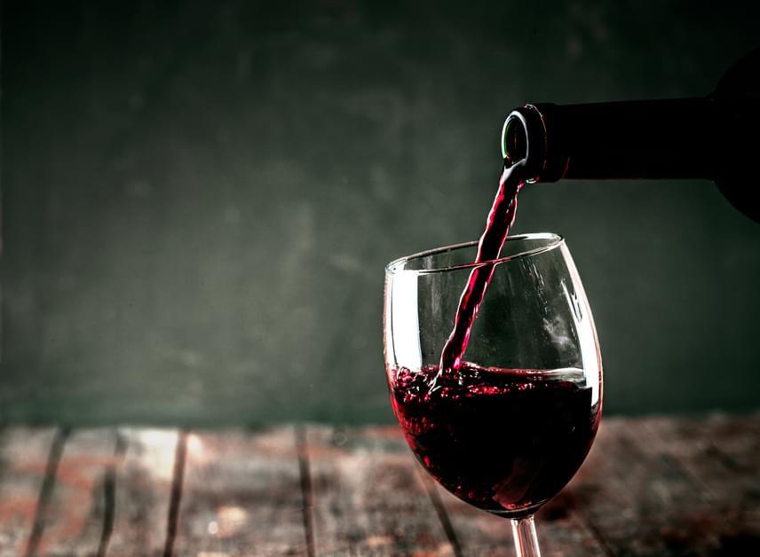 Vacsora mellé jólesik meginni egy pohár bort, mivel savas italról van szó, és segíti az emésztést. Ennek ellenére a vörösbor sötétíti a fogak színét, ám nem kizárólag ezért lesznek tőle sárgák. Akárcsak a kávé, nemcsak marja, de színezi is a fogzománcot.