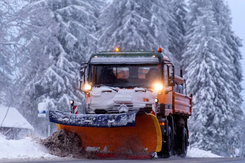 Ma a Németország déli részén fekvő Feldbergben hóekével kellett tisztítani az utakat.