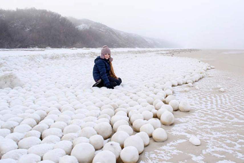 A The Siberian Times és a BBC is azt írta, a kutatók azt tartják jelenleg a legvalószínűbb magyarázatnak, hogy a víz visszahúzódásakor keletkező latyakos, homokkal keveredő jeget az erős szelek kezdték el formálni, a gömbök kialakulásához pedig a partvidék elhelyezkedése és a nagyon alacsony hőmérséklet is hozzájárult.