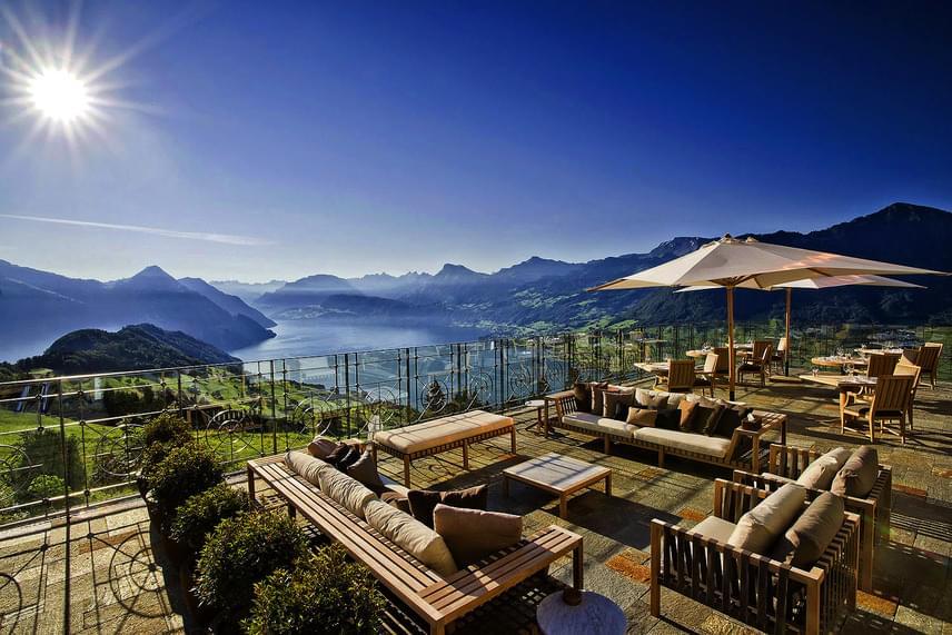 Nemcsak a medencéből, de a teraszról is lélegzetelállító a látvány, hiszen belátható az egész csodálatos környék: az Alpok határozott vonulatai és a 12 ezer éves, gleccserek által vájt Vierwaldstätti-tó.