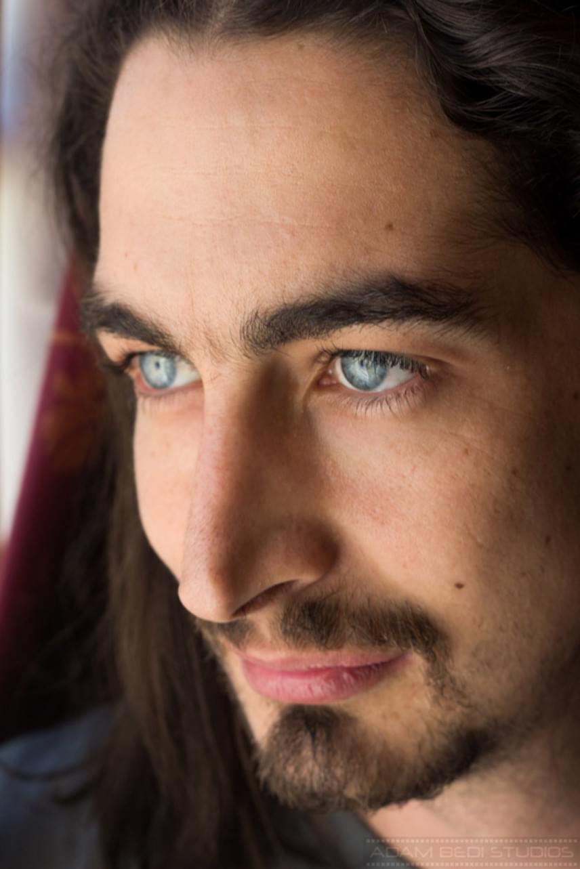Adam Bedi ráadásul gyönyörű kék szemmel született, amit édesanyjától, Susan Humphreystól örökölt - csoda, hogy képtelenek ellenállni neki a nők?