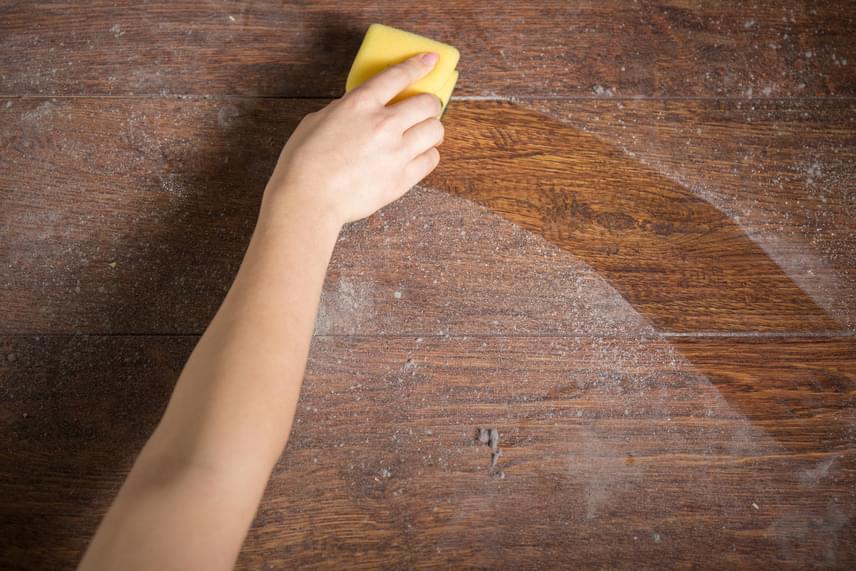 Plusz egy dolog, amivel vigyázz: azt sem árt tudni, hogy bár önmagában nem lenne veszélyes - ha allergizáló hatását nem tekintjük annak -, a lakásban jelen lévő por is tartalmazhatja a káros vegyületet. Ha teheted, használj HEPA-szűrős porszívót, a bolti vegyszerek helyett pedig minél több természetes házi szert a takarításra.