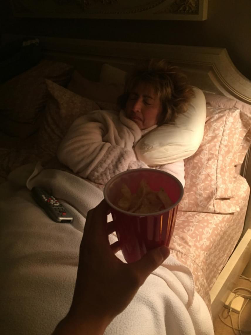 Nick kitartóan viszi a nassolnivalókat, hol rágcsát, hol chipset, hol pattogatott kukoricát, de az anyuka mindig csak alszik - a fiú mindezt telefonjával nemcsak megörökíti, de fel is tölti közösségi oldalára.