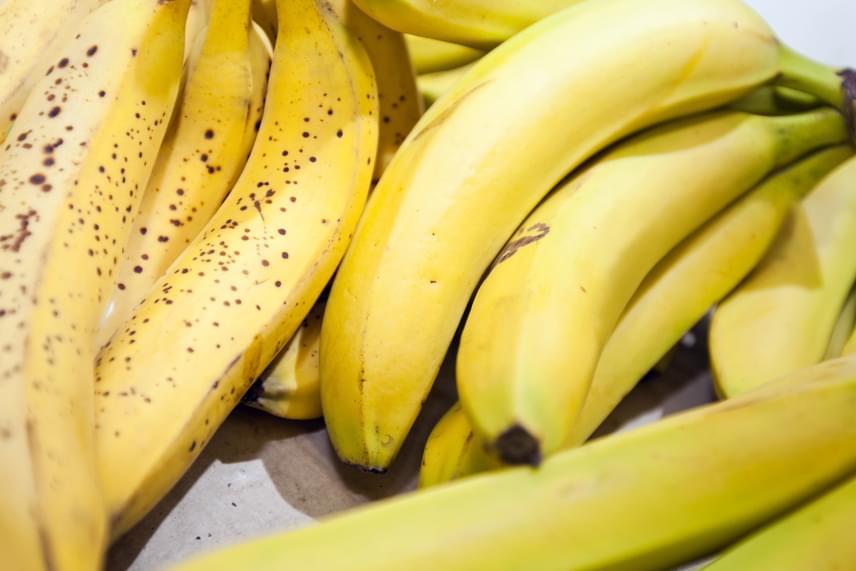 A banánt sohase tedd a hűtőbe, ott ugyanis nagyon hamar megbarnul, sokáig friss marad azonban, ha héjastól egy nagyobb befőttesüvegbe teszed, akár többet is egymás mellé, majd szorosan lezárod.