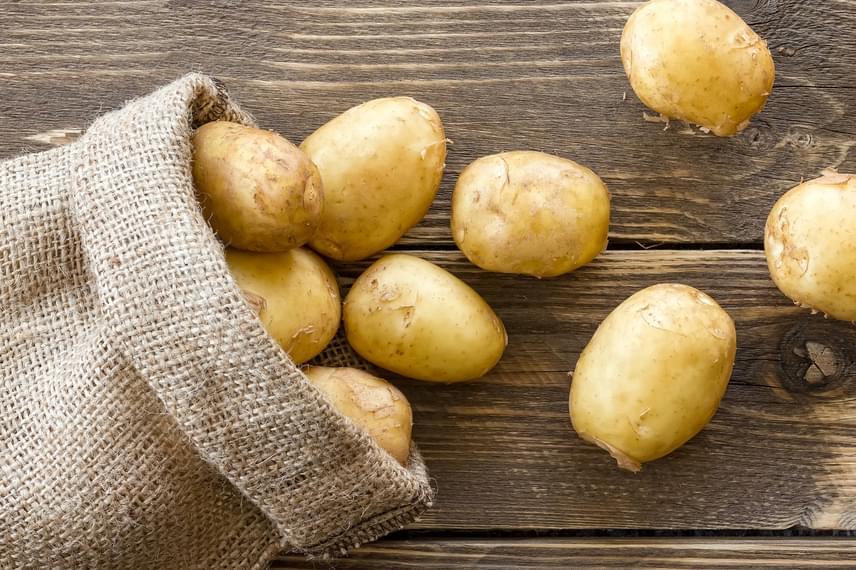 A krumplit is sokáig el lehet tartani, gyakran előfordul azonban, hogy idejekorán csírázni kezd. Ezt elkerülheted, ha gyümölcsök, például alma mellett tárolod.