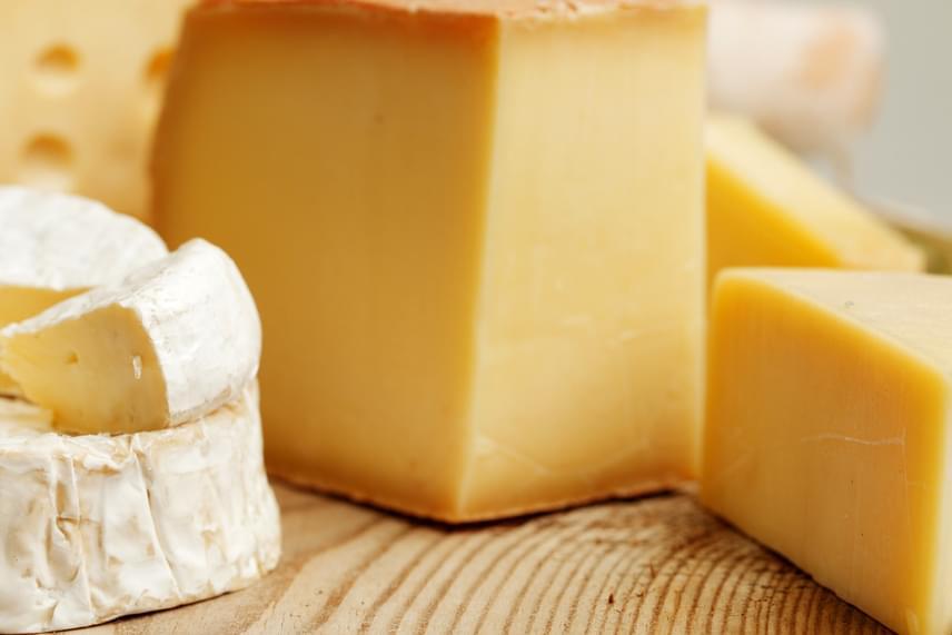 A sajt a papírból kicsomagolva könnyen kiszáradhat, ami különösen igaz vágófelületére. Ha szeretnéd orvosolni a problémát, kend be nagyon vékonyan vajjal a felületet, így garantált, hogy megőrzi nedvességtartalmát.