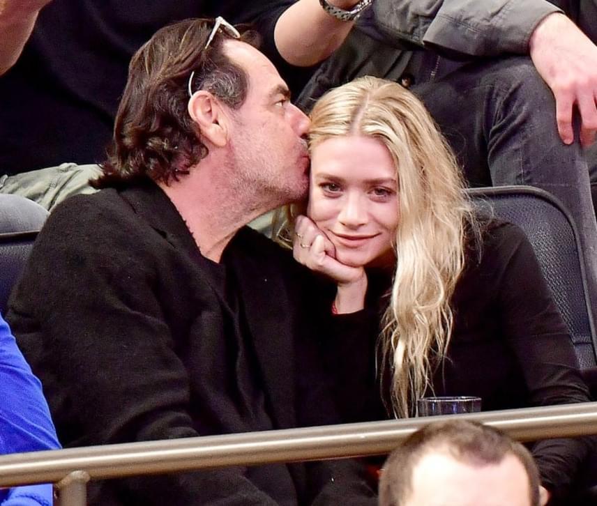 A pár tegnap a Madison Square Gardenben kapták lencsevégre: egy kosárlabdameccset néztek szorosan összefonódva.