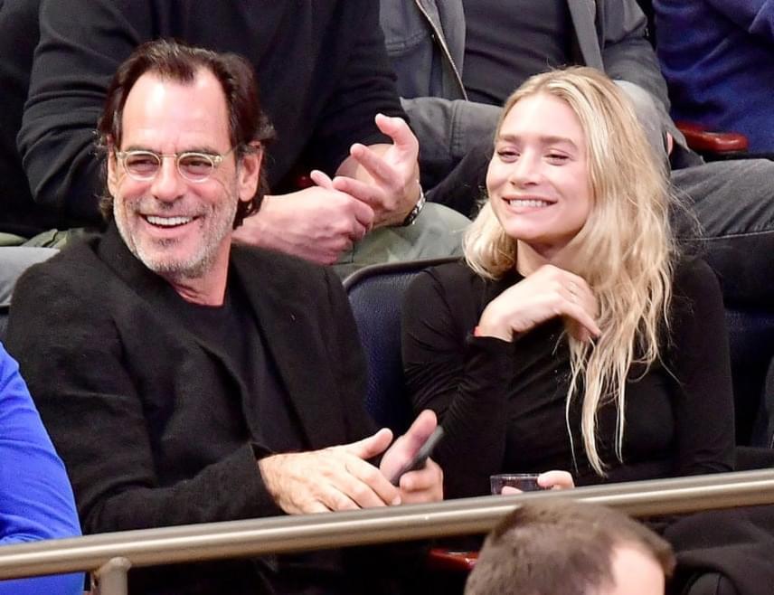 Úgy fest, az Olsen lányok az idősebb férfiakhoz vonzódnak, Richard és Ashley között ugyanis 28 év a korkülönbség.
