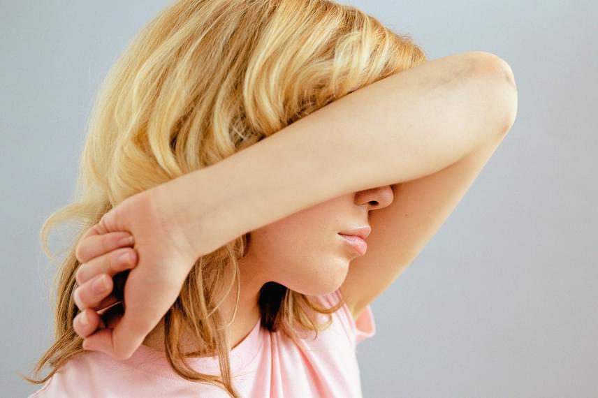 Mindkét típus esetében általános tünet a fáradtság, illetve a fizikai és szellemi teljesítőképesség csökkenése. A 2-es típusú cukorbetegség kezdeti szakaszában emellett kifejezetten jellemző a fejfájás is, mely izzadással, farkasétvággyal is társulhat.