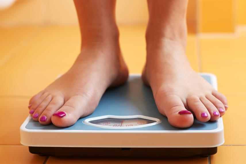 Különösen 1-es típusú cukorbetegség esetén lehet jellemző tünet a hirtelen fogyás, melyre nem találni egyértelmű magyarázatot. Ilyen esetben mindenképp orvoshoz kell fordulni, hiszen amellett, hogy a diabéteszt is jelezheti, a tünet más súlyos okokat is feltételezhet a háttérben.