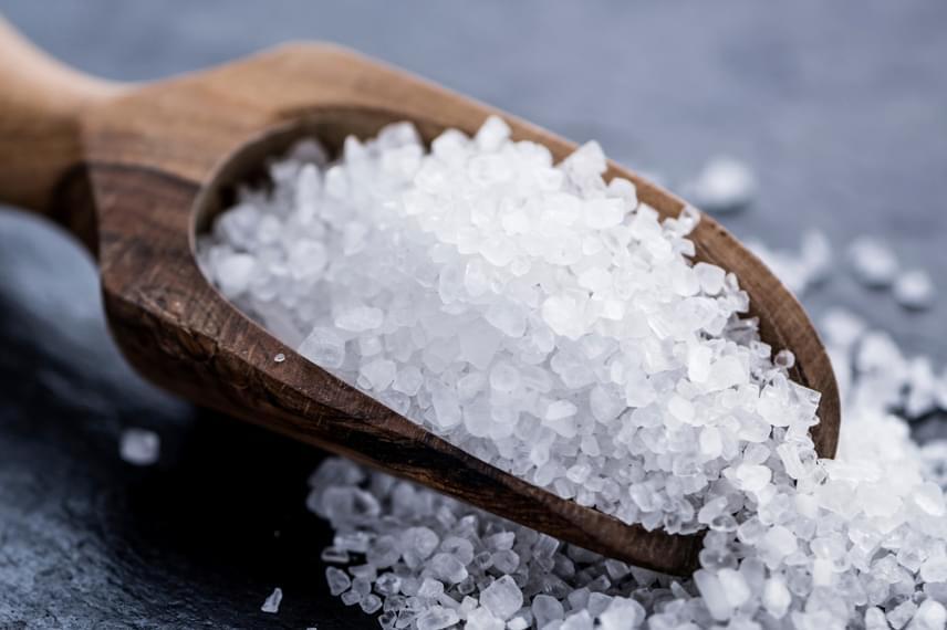 Ha nincs otthon szódabikarbóna, legalábbis nem egy kis tálnyi mennyiség, sót is használhatsz, ugyanolyan hatékony. Mindkét verzió esetében cseppenthetsz bele pár csepp illóolajat is, így lakásillatosítóként is funkcionálhat. Nagyon fontos azonban, hogy ha már túl nedves, cseréld ki.