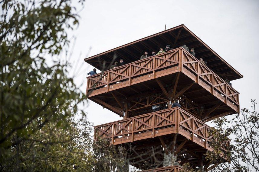 Így fest a Tihanyi-félszigeten lévő Apáti-hegyen újonnan átadott kilátó. A háromszintes építmény tervezője Magyar János, aki organikus anyagok: fa és terméskő felhasználásával a római korban a környéken álló őrtornyokat mintázta meg.