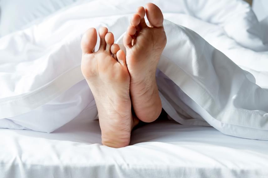 Bár sokan úgy tartják, zokniban aludni egészségtelen, ez csak a műszálas verzióra igaz, egy pamut bokazokni akár még segíthet is abban, hogy ne legyenek alvászavaraid, legalábbis a National Sleep Foundation álláspontja szerint. Az alapítvány alváskutatói szerint a zokni felmelegíti a lábat, amitől kitágulnak az erek, és csökken a vérnyomás, így kapcsolva szép lassan éjjeli üzemmódba a szervezetet.