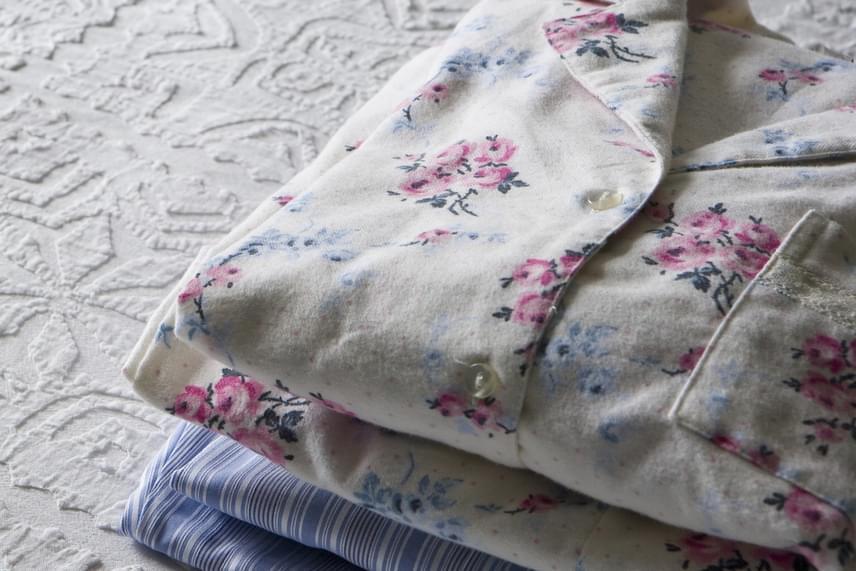 Az sem mindegy, miben alszol, legyen szó a pizsamáról vagy épp a fehérneműről. Ha nem tartod furcsának és kényelmetlennek, bátran alhatsz fehérnemű nélkül, ha azonban ragaszkodsz hozzá, ügyelj rá, hogy jól szellőző, természetes, lehetőleg pamut anyagú legyen, illetve laza, kényelmes. Ugyanez igaz a hálóruházatra is, a műszálas anyagok ugyanis nem tesznek jót a bőrnek, alattuk nem szellőzik megfelelően, beleizzadhatsz, és a kórokozók is könnyebben elszaporodhatnak.