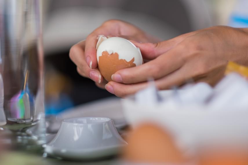 A főtt tojás meghámozása sokak számára jelent komoly bosszúságot, pedig meg lehet könnyíteni többféleképpen is, amivel nemcsak időt spórolhatsz, de a tojások is hibátlan felületűek maradnak, ha esetleg olyan ételt készítenél, melyhez így van szükség rájuk. Az egyik legegyszerűbb módszer, ha a már megfőtt tojásokat kiveszed a forró vízből, majd nagyon hideg vizet folyatsz rájuk. A hirtelen lehűlés hatására a héj elválik a fehérjétől, ezután azonban gyorsan hámozd meg, a hatás ugyanis már nem lesz ugyanolyan, ha a tojás ismét felmelegszik.