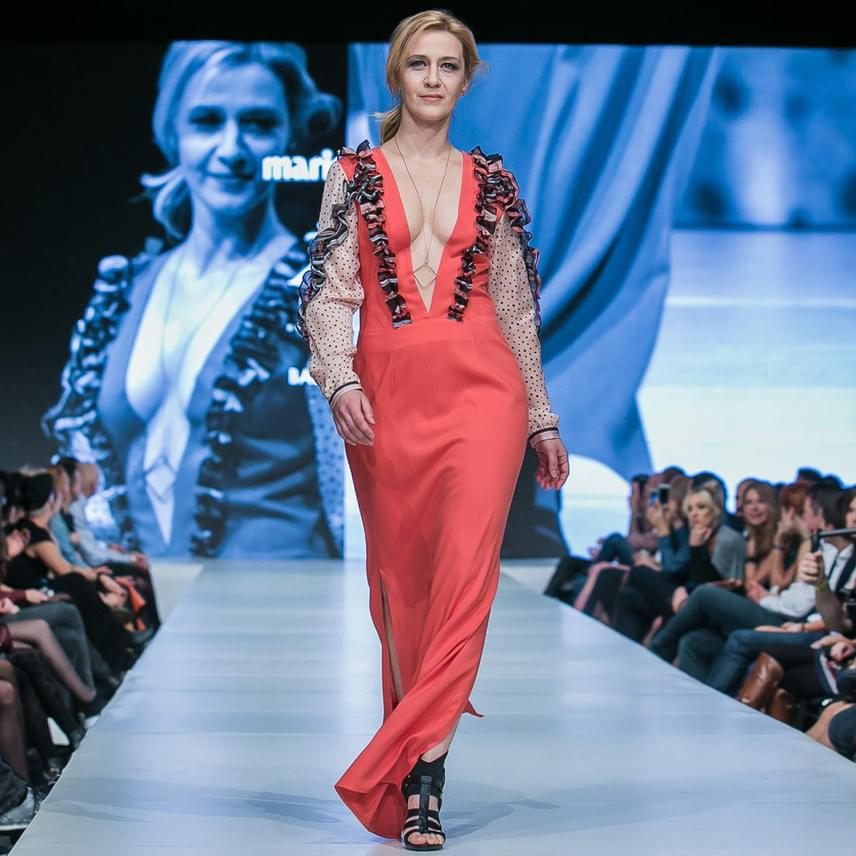 Balsai Móni színésznő életének egyik legkülönösebb felkérése volt, hogy Oláh Zsigmond összeállításában ő nyissa meg a Zigi Brand tourját. Állítása szerint mostanában kezdett el színesebben öltözni, az általa viselt darab lenyűgözte.