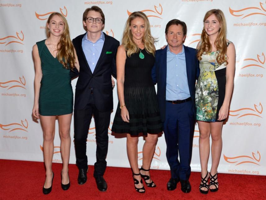 A család a Michael J. Fox nevével fémjelzett alapítvány éves gálavacsoráján gyűlt össze. A jótékonysági intézmény természetesen a Parkinson-kór gyógyítását tűzte ki célul, amiben a színész is hosszú évek óta szenved.