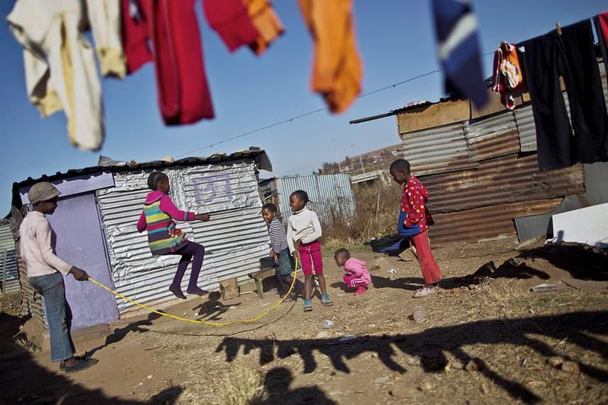 Dél-Afrikában hatan játszanak egy darab ugrókötéllel, de vidámabbak aligha lehetnének.                         Fotó: Muhammed Muheisen