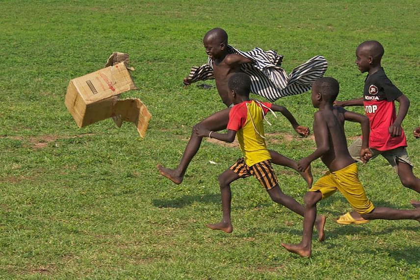 Ezek a ghánai gyerekek egy papírdobozzal fociznak.                         Fotó: Terry White