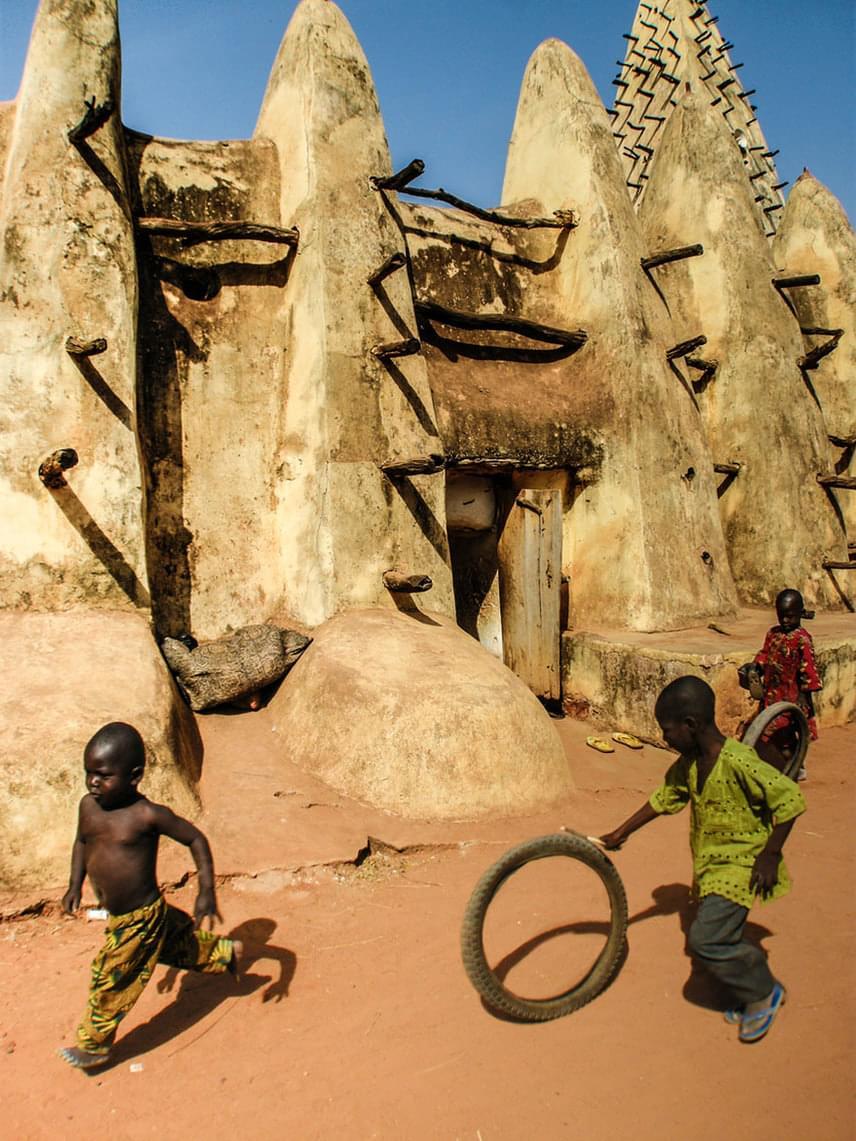 A gyerekek egy kerék gumijával is nagyon jót játszanak. A kreativitás és a képzelőerő az ő kis elméjükben talán még erősebben fejlődik. (Burkina Faso)                         Fotó: Òscar Tardío