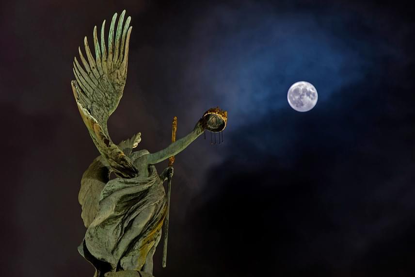 Így nézett ki a szuperhold Budapesten: a kép előterében a Hősök terén lévő Gábriel arkangyal szobra látható.