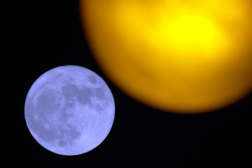Ilyen volt a jelenség Franciaországban: a hold egy utcai lámpa mögött látható Marseille-ben.