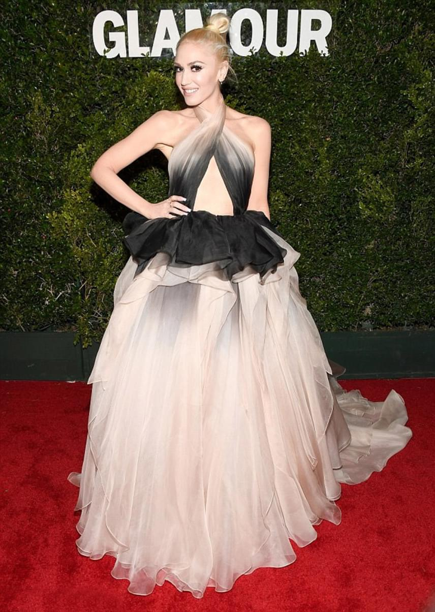 Gwen Stefani egy gyönyörű Marchesa ruhában kápráztatta el a díjátadó résztvevőit - a hercegnős darab a dekoltázsánál azért elég merészre sikerült.