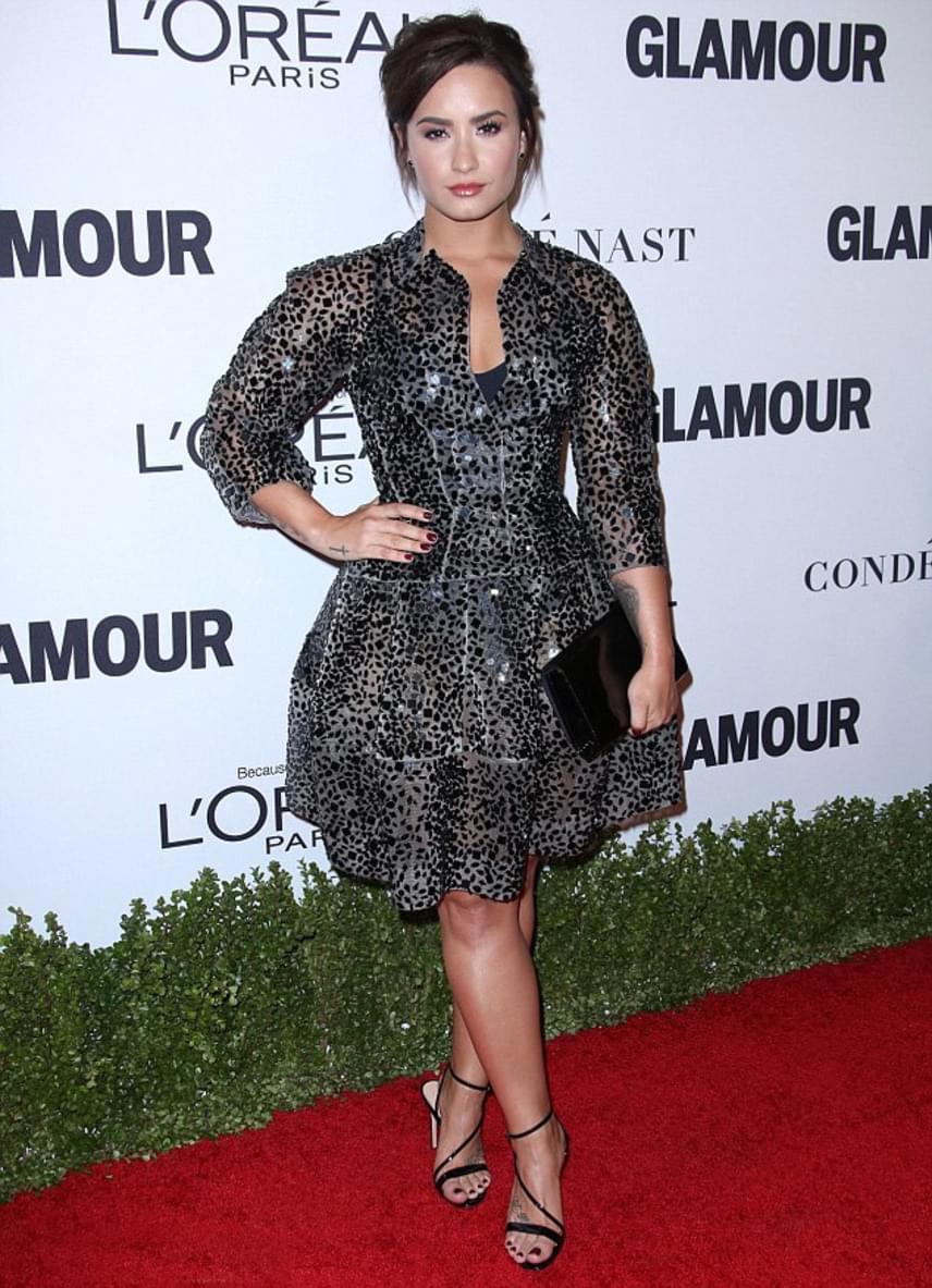 Demi Lovato erre az átlátszó, állatmintás ruhára voksolt - ennél szexibb már nem is lehetett volna az énekesnő.