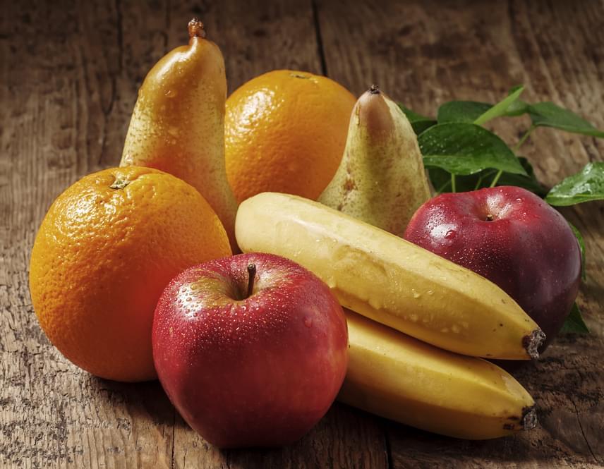 Ha a gyümölcsök közt válogatsz, akkor sem kell feltétlenül a drága, nem szezonális dolgokhoz ragaszkodnod. Az alma, a banán és a narancs egész évben viszonylag olcsón rendelkezésedre áll, míg magas rost- és vitamintartalmuknak köszönhetően ezek is tökéletesen jó választást jelentenek a diéta részeként.