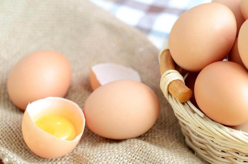 Noha egy tojás nagyjából 30-40 forint, mégis egy roppant hatékony zsírégető ételről van szó. A fehérjével, ásványi anyagokkal és vitaminokkal teli étel ideális például napkezdéshez, így reggeltől tele lehetsz energiával, miközben egy darabbal csak 50-80 kalóriát viszel be, mérettől függően.
