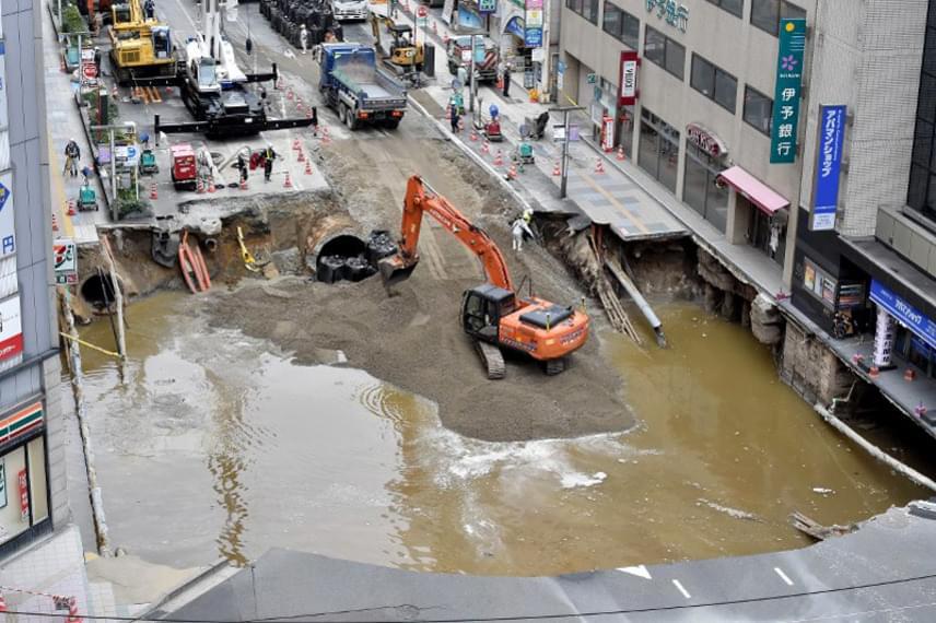 A város vezetősége nem húzta az időt: azonnal munkához láttak, megjavították az eltört csöveket, feltöltötték a gödröt, és friss aszfaltot húztak az útra.