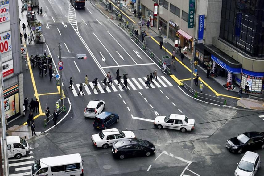 Mindössze két nap alatt, november 10-re teljesen eltüntették a szakadékot, ezen a ma készült fotón pedig látható, hogy a járókelők ismét birtokba vették az utat. Az incidensnek semmilyen nyoma nincs.