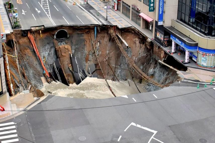 Így nézett ki a beomlott út, ami nemcsak a közműszolgáltatásban okozott fennakadást, de a környező épületeket is veszélybe sodorta.