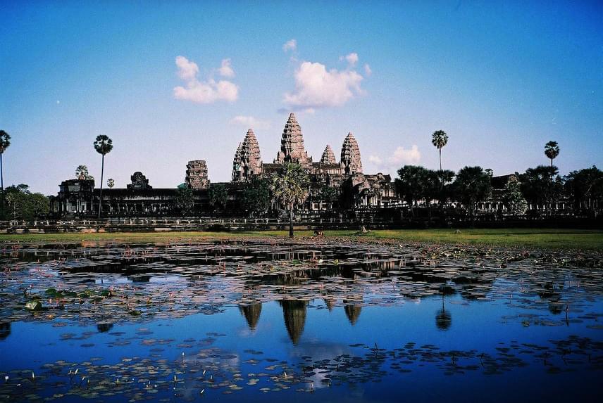 Ázsia legnagyobb vallási épületkomplexuma a kambodzsai Angkorvat, amely a 11-12. században épült aKhmer Birodalom fővárosában. A Kambodzsa jelképévé vált templom jelenleg is működik, a központnak fontos szerepe van a hindu és a buddhista vallásban.