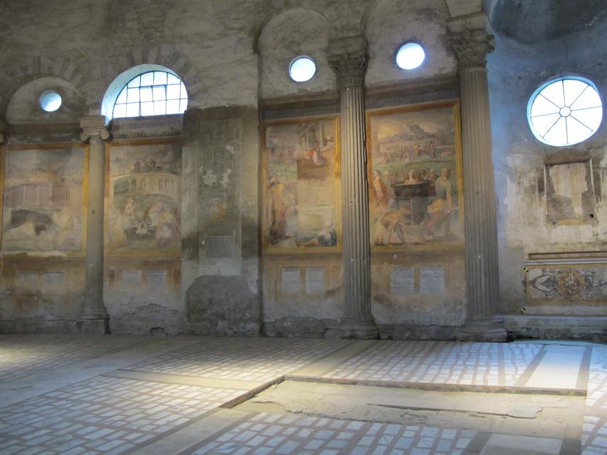 Az építményt a magyar vonatkozáson túl a templombelső is különlegessé teszi. A kör alakban futó képek a keresztény mártírhalálokat rendkívül érzékletes módon ábrázolják, a hátborzongató látvány mély nyomot hagy minden látogatóban.