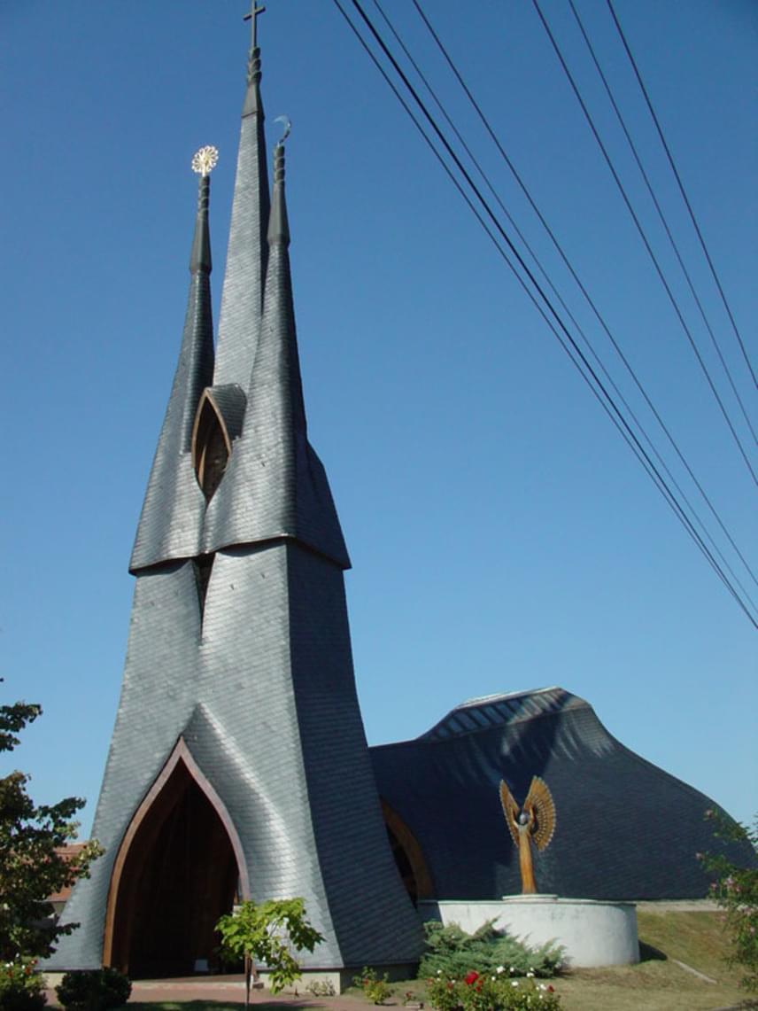 A The Daily Dot a világ legijesztőbb templomokról készített listájára egy magyar építmény is felkerült. A Makovecz Imre által tervezett, sokakat megosztó paksi Szentlélek-templomot Drakula egyik rezidenciájának titulálták a szavazáson. Az összhatást igazán különlegessé teszik a fekete falak, a jellegzetes vonalvezetés, a bordákkal szegélyezett belső tér és az őrködő angyalok.