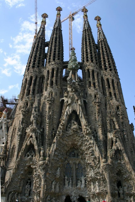Különleges zarándokhelynek számít a barcelonaiSagrada Família-, avagy Szent család-templom, amelynek építése már a középkorban elkezdődött, ám munkálatai jelenleg is tartanak, így építészetében számos stílusjegy megfigyelhető. 2010-ben XVI. Benedek pápa bazilika rangjára emelte, elkészülte után ez lesz a világ legnagyobb bazilikája.