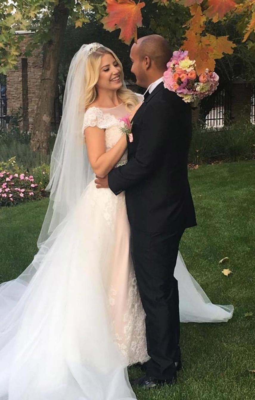 """""""Zsófi tökéletes alakján csodálatosan állt a hernyóselyem és francia csipke, púderszínű menyasszonyi ruha"""" - írta az esküvői ruhaszalon, amelyben a műsorvezető Vera Wang kreációját kiválasztotta."""