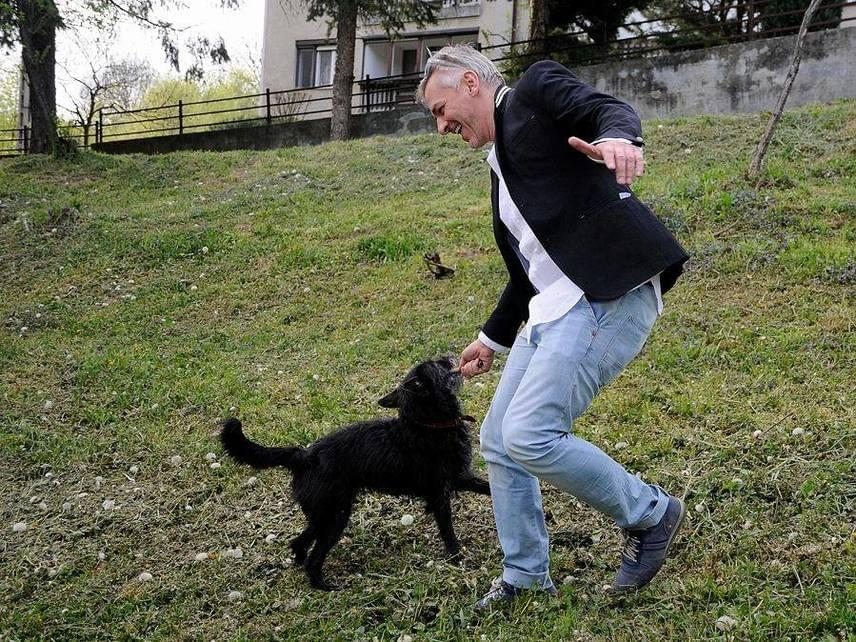 Alföldi Róbert is nagy állatbarát, nem meglepő, hogy évek óta imádja Panka nevű kutyáját, aki gyakran elkíséri a színházi próbákra is.