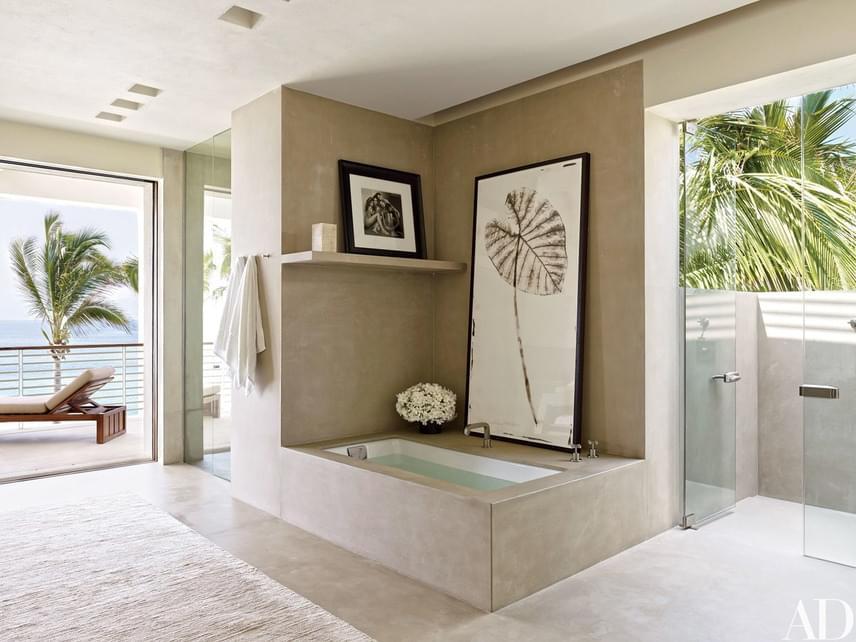 A modell fürdőszobáját a Legorreta tervezte, és a falon lógó festmény sem csupán dekoráció: a híres fotóművész, Herb Ritts munkája.