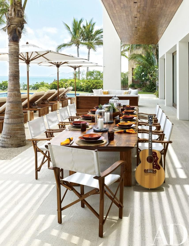 A medence partján lévő kis étkezősarok a ház igazi ékessége. Az asztal is egyedi készítésű, a székeket pedig Christian Liaigre rendező inspirálta.