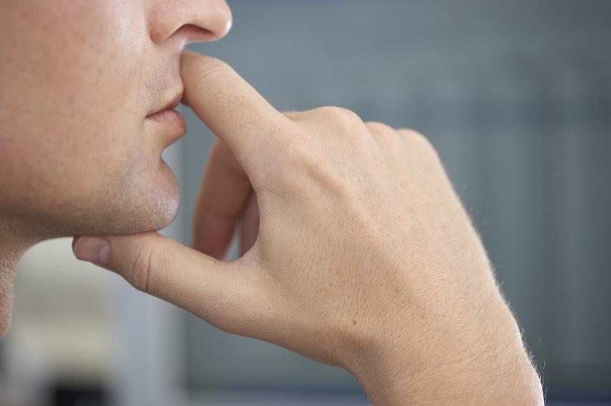 A másik legegyértelműbb jel az arc megérintése. A hazug kijelentés jellemző kísérője a száj elé emelt kéz, de az áll, az orr és a fülek piszkálása is takargatni szándékozott zavarra utalhat. A nyak megfigyelése szintén hasznos lehet a lebuktatásban, hazudozás közben ugyanis az ember gyakrabban nyel.