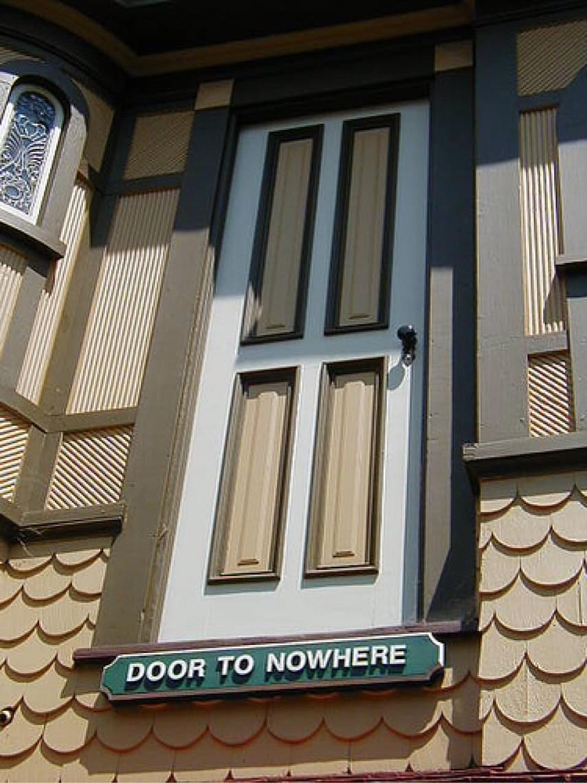 Ajtó a semmibe - olvasható a ház külső oldalára nyíló ajtó alatt. Sarah-nak feltett szándéka volt az épületet minél kísértetbarátabbra alakíttatni, de arra is gondolt, hogy a magas épület földrengésbiztos legyen: elképesztő, de a gigantikus ház nemes egyszerűséggel képes elmozdulni a helyéről, mivel úgy építették, hogy nincs a téglaalapjához rögzítve. Úgy tartják, ez mentette meg a teljes összeomlástól, amikor 1906-ban, majd 1989-ben földrengés sújtotta. Igaz, felső három szintje romba dőlt, így mára már csupán négyszintes az egykor hétemeletesre húzott ház.