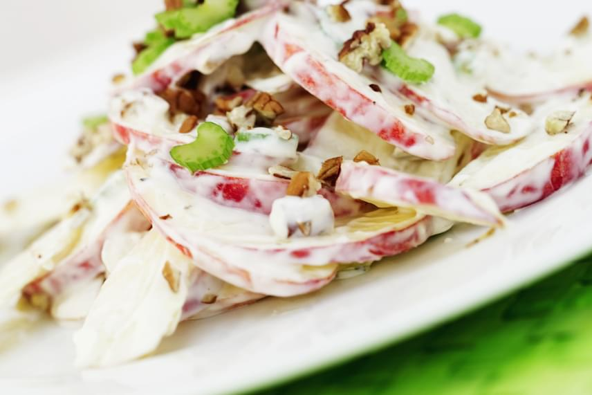 A saláták öntetei is meglepően sok kalóriát tartalmaznak, főleg a bolti változatok, amelyeket gyakran cukroznak. Ugyanígy rossz ötlet még a light majonéz is, hiszen ez evőkanalanként 64 kalóriával dúsítja a salátát. Keverj inkább zsírszegény vagy natúrjoghurt-alapú önteteket házilag, hiszen csak pár perc elkészíteni őket!