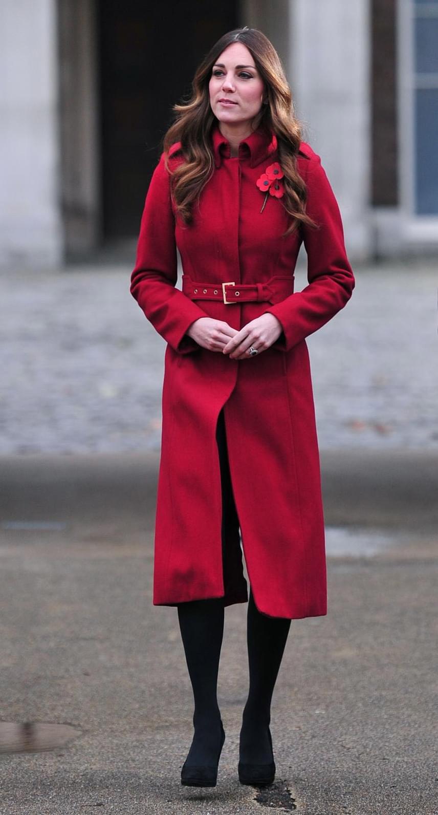 Összeöltözött pipacsos kitűzőjével Katalin hercegné - rajongói szerint ebben a tűzpiros kabátkában volt eddig a legszebb.