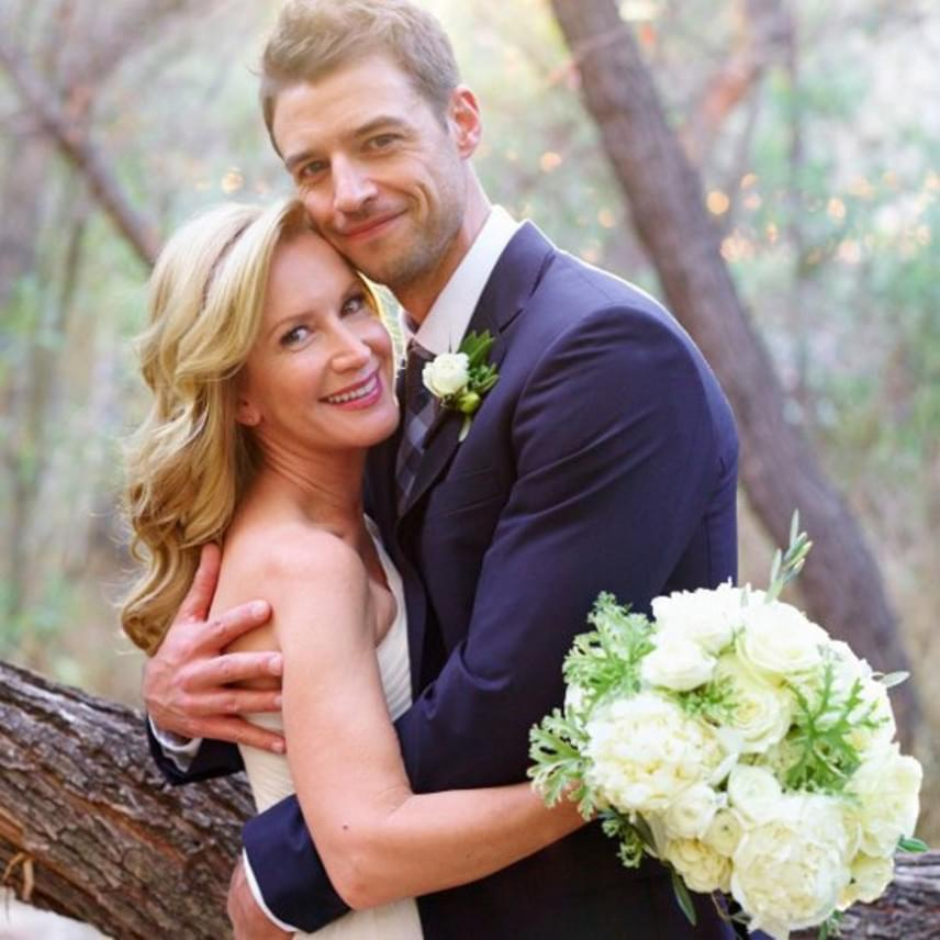 A gyönyörű esküvő még Martha Stewart figyelmét is felkeltette, így az esküvői kiadás címoldalára került a szerelmes Angela és Joshua fotója.