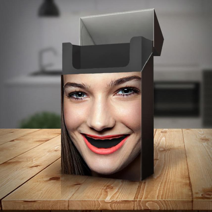 Mire elfogy az összes cigaretta, a boldogan mosolygó nőnek egy szál foga sem marad. Természetesen senkinek sem fog egy doboz cigitől kihullani a foga, de a rendszeres dohányzás jelentősen növeli a fogak romlásának, majd elvesztésének esélyét.